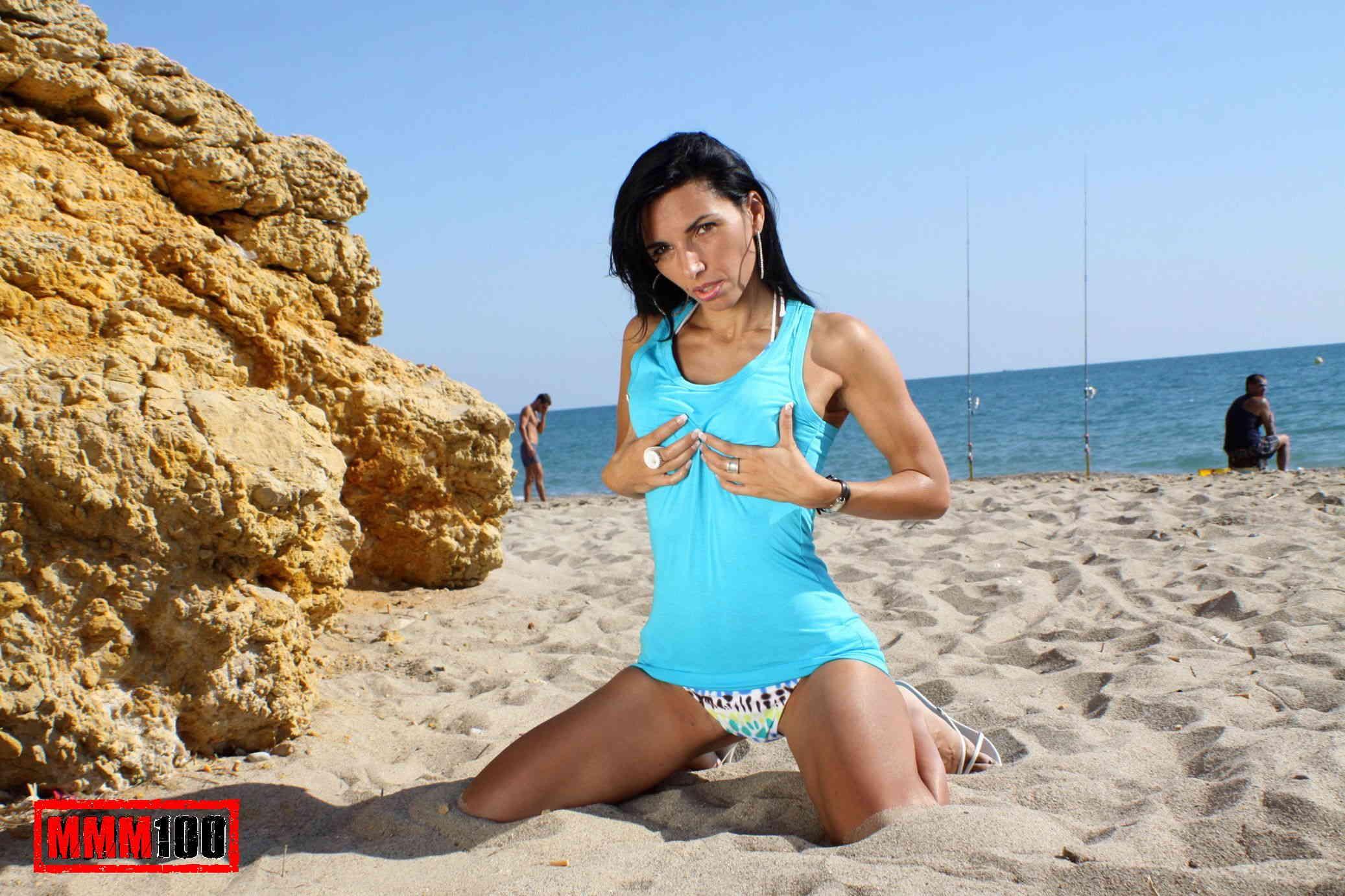 Pareja madura practica sexo en las rocas de la playa