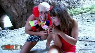 Ein Clown reisst aus dem Circus aus!  photo 01
