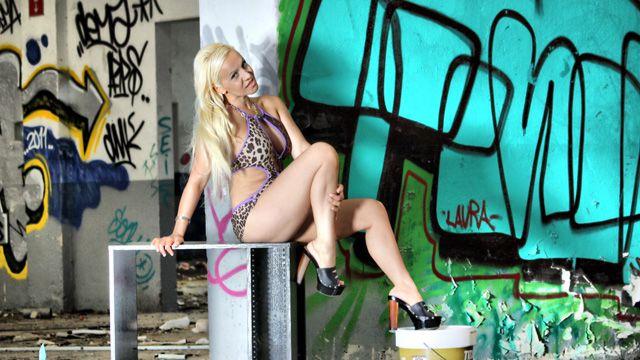 Debora X Photo 1