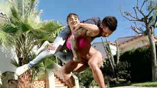 Muscular woman hol...photo 1