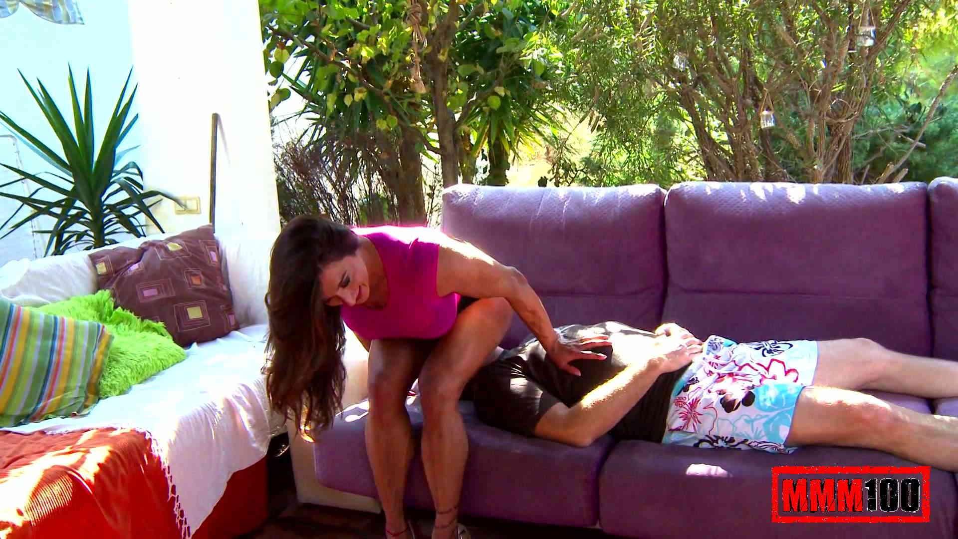 Chica musculada haciendo Facesitting en un bastardo perezoso con su musculado culito Photo