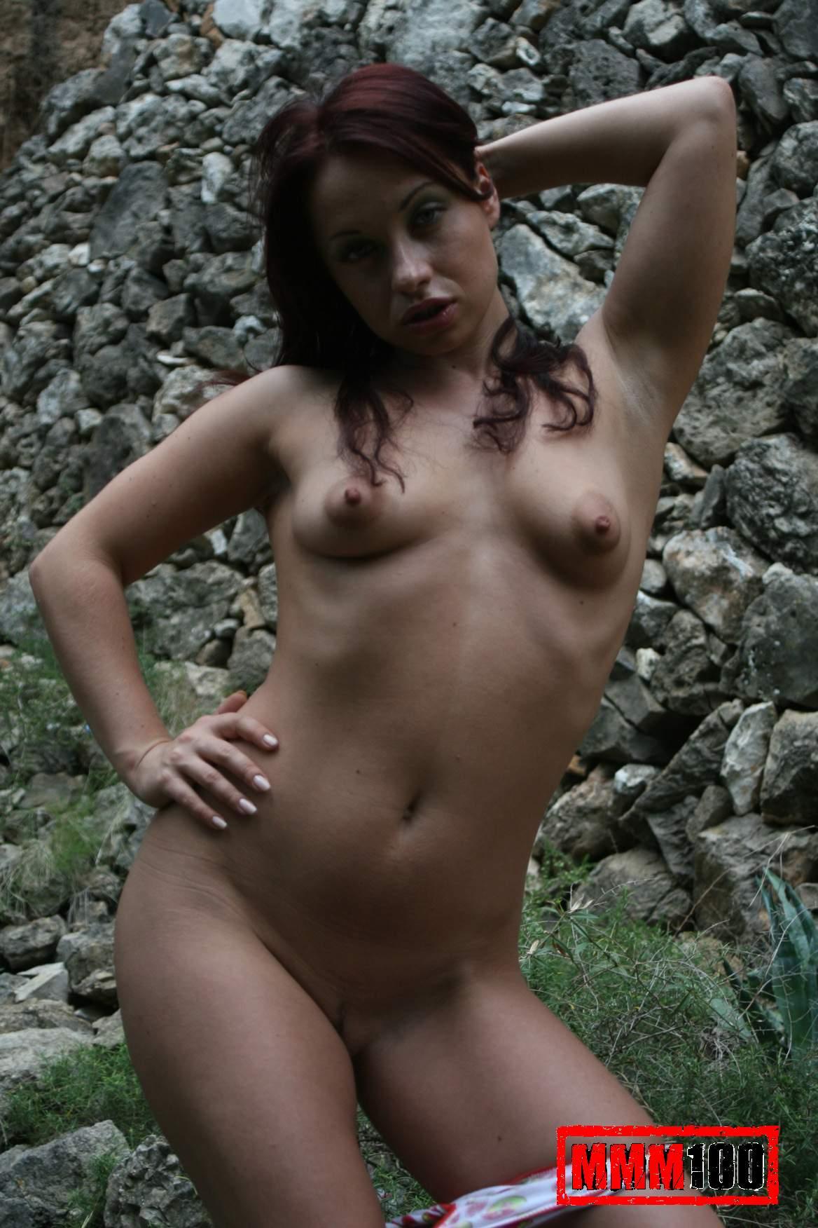 Une minette de 18 ans se dshabille pour montrer son corps