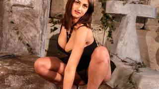 Lovely young brune...photo 1