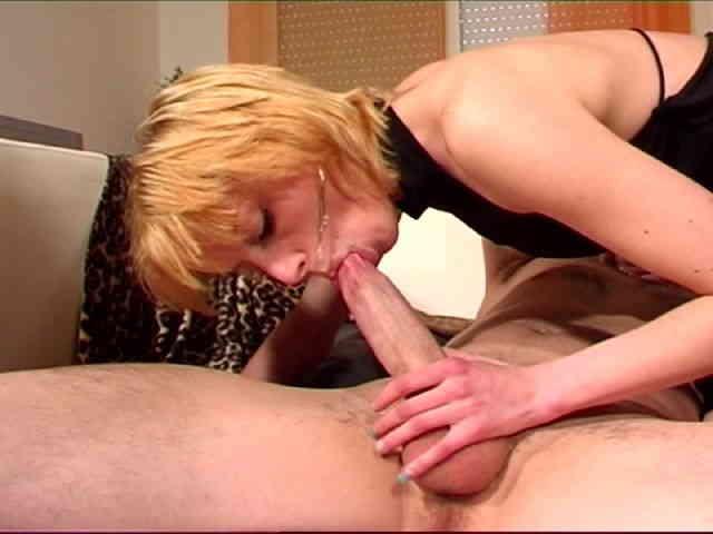 une jolie blonde suce une bite enorme puis se fait baiser