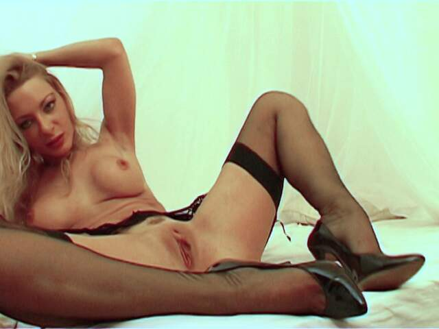 Pretty MILF blonde Sidjey Collins doing a hot striptease live on the webcam   photo 10