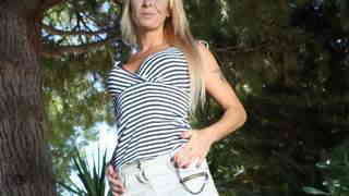 Horny mature blonde Tamarah Dix removi...photo 1