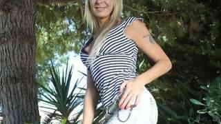 La MILF blonde Tamarah Dix faisant un ...