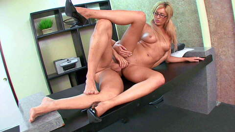 Secretary catched by the boss mastur...photo 1